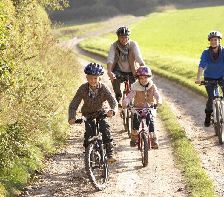 Familj på cykeltur