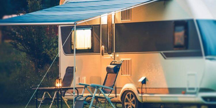husbil uppställd på camping
