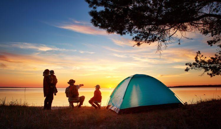 familj på campingsemester